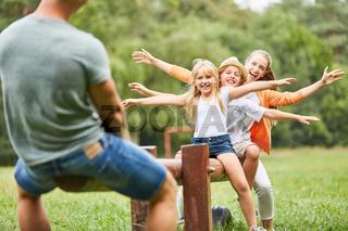 Kinder und Eltern balancieren auf Schaukel
