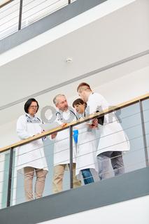 Ärzteteam mit Laptop bespricht eine Therapie