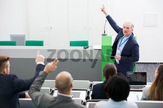 Älterer Geschäftsmann bei einer Präsentation
