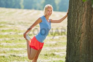 Junge Frau macht Stretching Übung