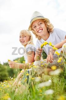 Kinder haben Spaß beim Blumen pflücken