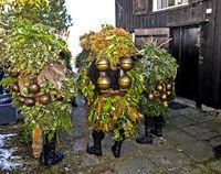 Eine Gruppe Wüeschter Silvesterkläuse mit Schellen bringen Neujahrswünsche am Alten Silvester von Haus zu Haus