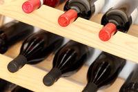 viele Flaschen im Weinregal