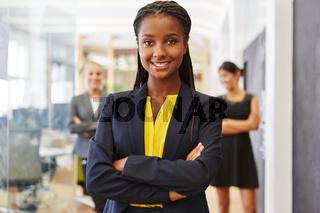 Junge selbstbewusste Start-Up Geschäftsfrau