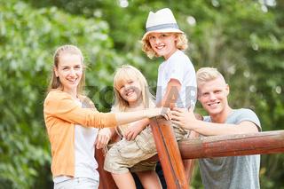 Glückliche Familie und Kinder machen Pause