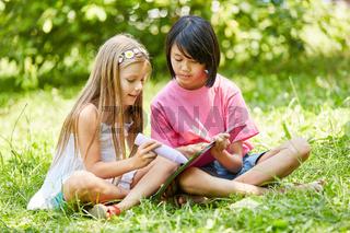 Zwei Mädchen malen zusammen ein Bild