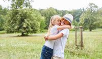 Blondes Mädchen umarmt ihren Freund