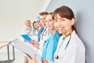 Frau als Krankenschwester oder junge Ärztin
