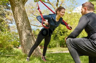 Schlingentraining im Park mit Personal Trainer