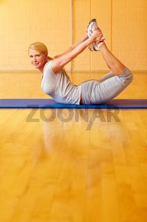 Frau macht Yoga-Bogen