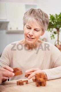 Frau mit Demenz spielt mit Bausteinen