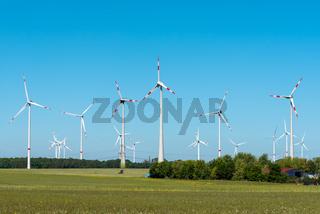 Windenergieanlagen an einem sonnigen Tag