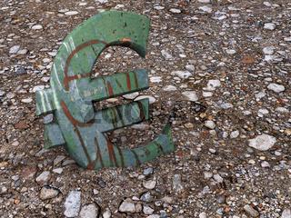 Euro-Zeichen aus Metall, grün gestrichen