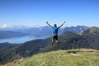 glücklicher Mann springt erfreut in die Luft