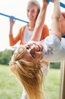 Mädchen turnt an einer Kletterstange