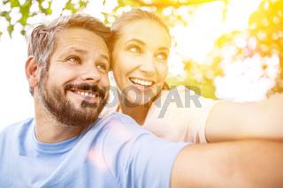 Glückliches Paar zusammen im Sommer