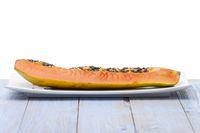 Reife Papaya auf einer Platte