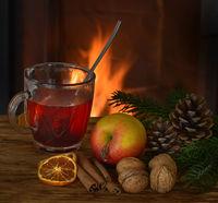 Tee mit Apfel im Quadrat