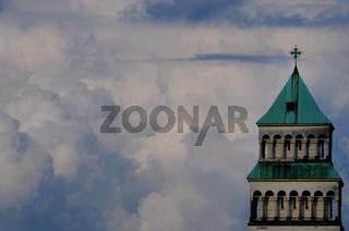 Kirchturm im Himmel