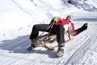 Mädchen hat Spaß beim Schlittenfahren