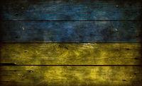 flagge der ukraine auf verwitterter bretterwand