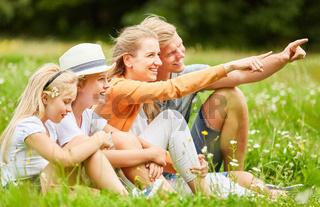 Eltern im Gras geben die Richtung an