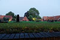Abendlicher Blick über den Friedhof von Rysum in Ostfriesland