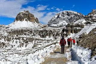Wanderer auf dem Rundweg um die Drei Zinnen vor Toblinger Knoten,Dolomiten, Südtirol, Italien