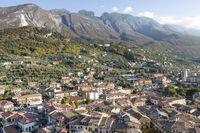 Der Ort Malcesine am Gardasee, Italien, Blick auf Monte Baldo