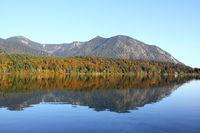 ruhiger Walchensee im Herbst