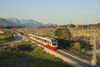 elektrischer Triebwagen der SFM, Serveis Ferroviaris de Mallorca, bei Consell auf Mallorca, Spanien
