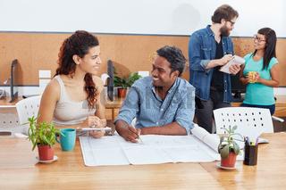 Junge Geschäftsleute arbeiten zusammen