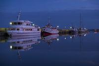 Fahrgastschiffe in der blauen Stunde an der Hafenpier.