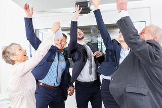 Glückliches Business Team feiert Erfolg