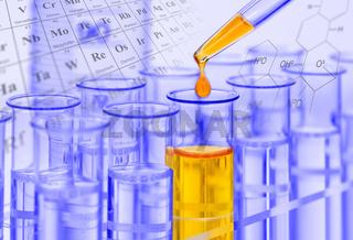 Experiment im Labor mit Tropfen fällt in Reagenzglas