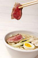 japanische Suppe mit Nudeln, Ei und Fleisch