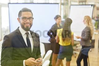 Geschäftsmann mit Smartphone  im Meeting