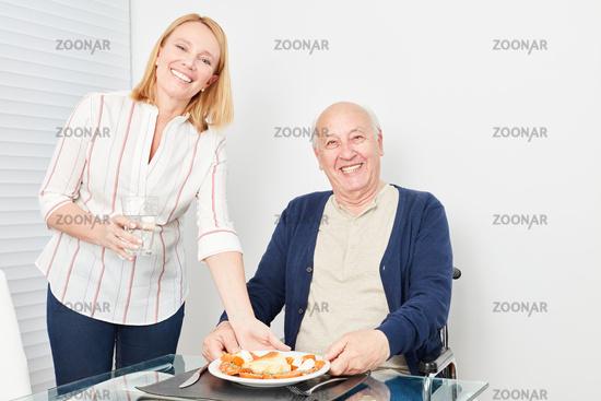 Senior hat Hunger und freut sich über sein Essen
