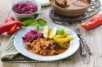 Deftiges Gulasch mit Kartoffeln und Rotkraut