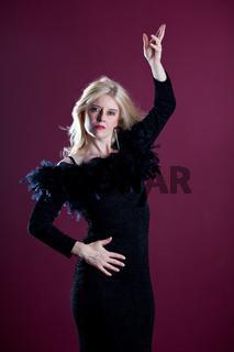 attraktive blonde Frau im schwarzen Kleid