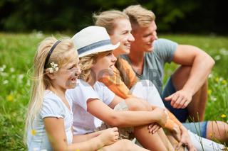 Familie und Kinder blicken neugierig