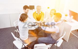Business Gruppe bei Teambuilding Workshop