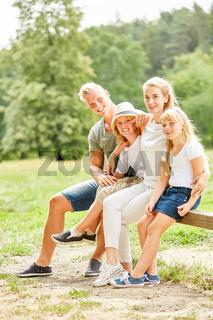 Familie macht Pause auf einer Wanderung