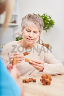 Demente Seniorin beim Gedächtnistraining