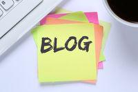 Blog schreiben Blogger online im Internet Computer Schreibtisch