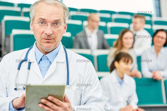 Senior als kompetenter Professor für Medizin