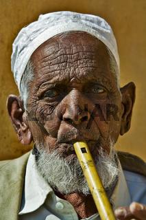 alter indischer Moslem mit Flöte, Nordindien, Indien, Asien - old indian Moslem with fluit, Nort India, India, Asia