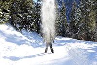Mann im Schneestaub