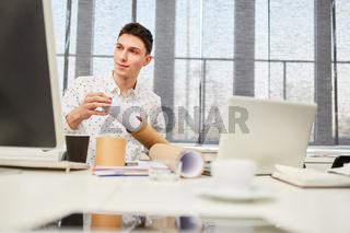 Student arbeitet im Architekturbüro