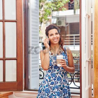 Frau telefoniert mit dem Smartphone